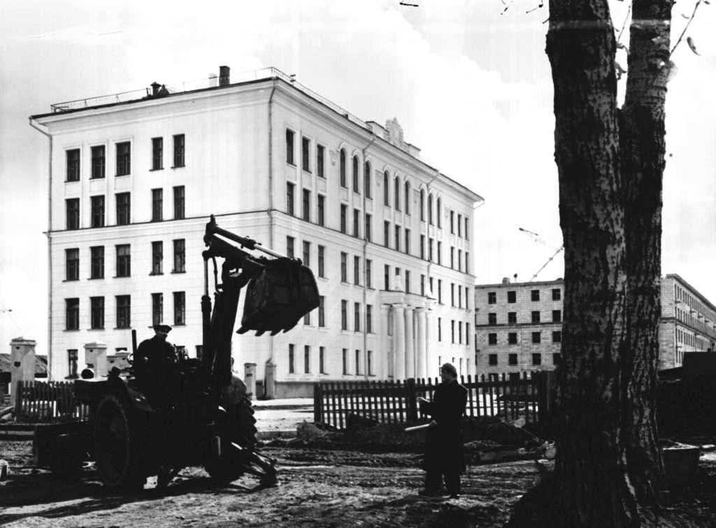 gku-ko-gako_fotofond_kniogoop_neg_d_1939_l_1_zdanie-novoj-srednej-shkoly-n62-po-ul_vesennej-v-gorode-kemerovo_1958.jpg
